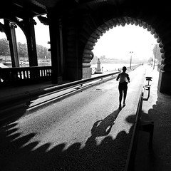 Paris Quais de Seine (Yann Beauson) Tags: bridge light shadow bw paris france seine blackwhite noiretblanc pont eos350d highlight quai jogger contrejour yann quais uwa alexandreiii quaisdeseine quaideseine absoluteblackandwhite boze3000 yannbeauson beauson flickr:user=yannbeauson