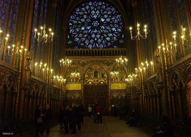 Sainte Chapelle : des chaises ont été disposées de chaque coté pour que l'on puisse s'asseoir et profiter pleinement des vitraux