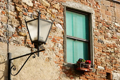 Scorci paesani (Nuxis [Davide]) Tags: life city light italy muro home window wall lights casa calle italia loneliness foto sony country pisa finestra alpha toscana sole leben lampione citt italiener italienisch toscany vicopisano nuxis alpha350