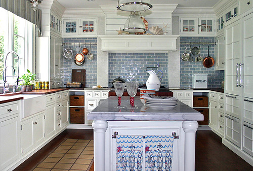 Blue + white kitchen: White cabinets + white marble + blue tiles