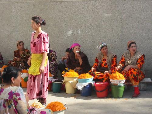 Bazaartafereel: oranje wortels en oranje kledij