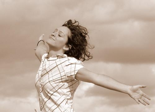 [フリー画像] 人物, 女性, 背伸び・ストレッチ, 見上げる, 目を閉じる, セピア, 201005211500
