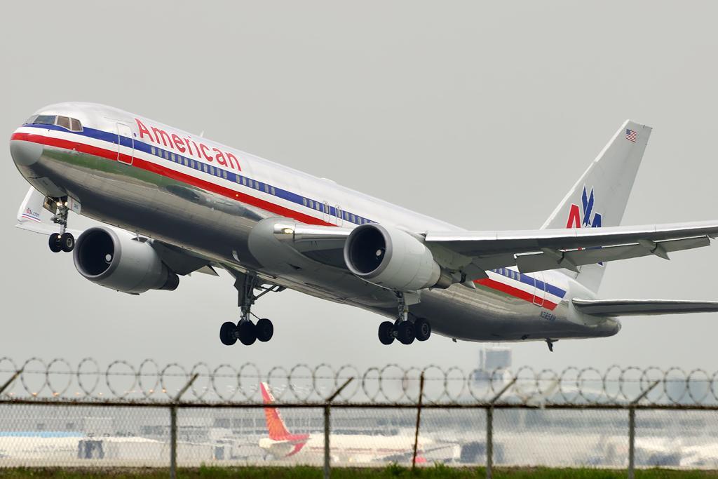 American Airlines Boeing 767-323/ER (N385AM)