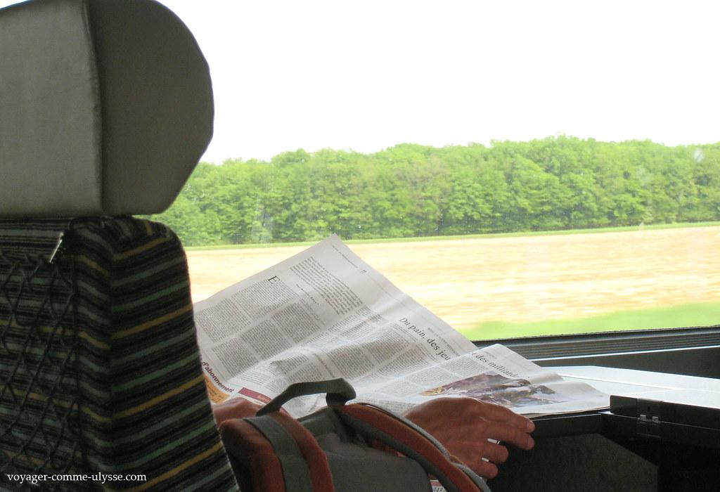 Lire son journal dans le TGV