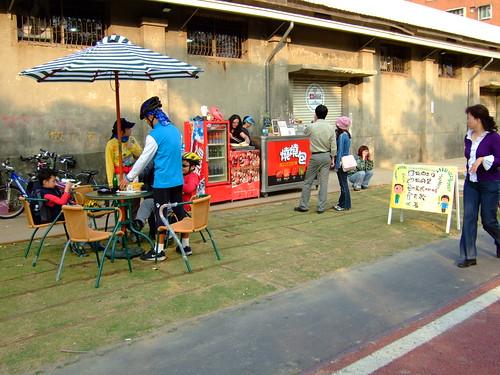 高雄市自行車道_西臨港線_47_路旁的露天咖啡座_02