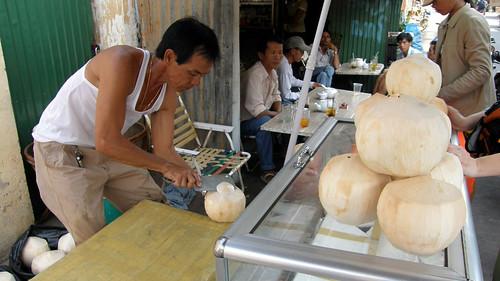 056.賣椰子的老闆努力的殺椰子