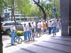 騎單輪車的小學生群