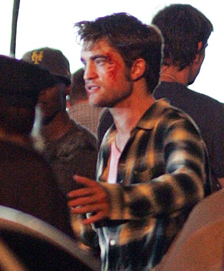 robert-pattinson-bloody (12)