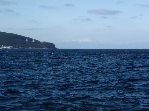 奥尻港から狩場山を眺める