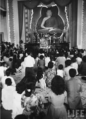 11-1963 Services at Xa Loi Pagoda, after overthrow of Diem Government. par VIETNAM History in Pictures (1962-1963)