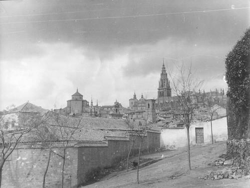 Iglesia de San Lorenzo y Catedral de Toledo en febrero de 1963. Fotografía de Eduardo Butragueño Bueno