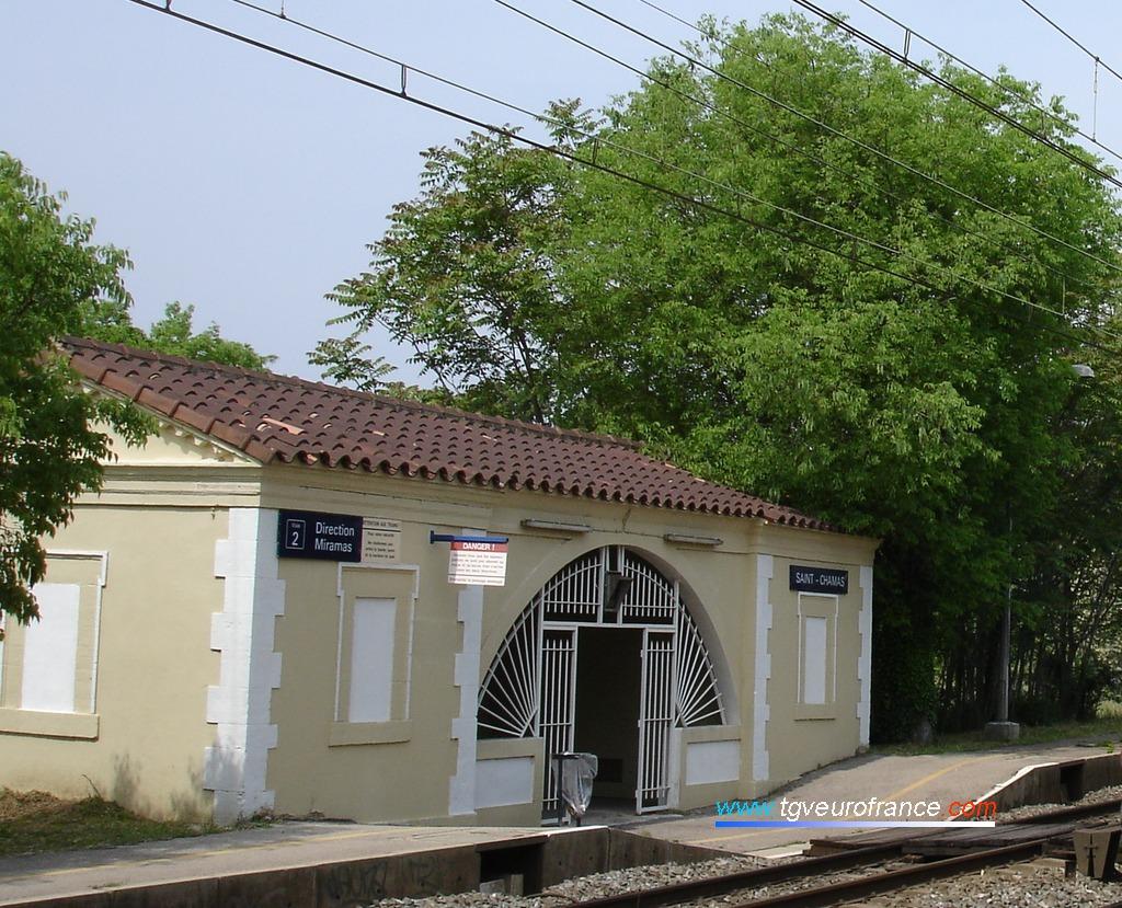 Vue de l'abri pour les voyageurs des trains TER à destination de Miramas