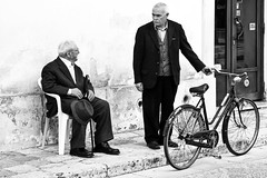 duello - specchia, salento, italia (Paolo Margari) Tags: old portrait people bw italy face portraits canon photography photo italian strada italia foto photographer faces strangers photographers bn elderly streetphoto fotografia ritratti canoneos ritratto salento puglia italie italians fotografo fotografi volti italiani anziani vecchi volto italiens italianphotographers paolomargari fotografiitaliani specchiapreti
