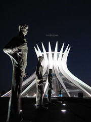 Catedral Metropolitana de Braslia (Francisco Arago) Tags: brazil sky sculpture luz latinamerica southamerica weather vertical niemeyer arquitetura brasil architecture night canon design pessoa df colours photographer nightshot cathedral good capital columns esculturas catedral cu structure escultura noturna igreja noite catholicchurch luzes form formas brasilia fotgrafo esttua distritofederal fotonoturna amricadosul amricalatina colorido evangelistas cristianismo catholiccathedral oscarniemeyer colunas estrutura eixomonumental catedraldebrasilia planaltocentral centrooeste planopiloto tempobom obradearte repblicafederativadobrasil edificaes igrejacatlica marianneperetti pontoturstico fotografo monumentalaxis capitaldobrasil arquitetooscarniemeyer templocatlico canong10 americadosul franciscoarago themetropolitancathedralofbrasilia destinodeviagem osevangelistas brasiliapatrimoniodahumanidadeunesco capitalinternacional