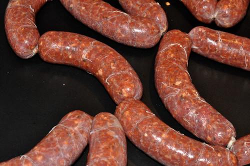 Pølser med oksekød, parmesan og rød peber
