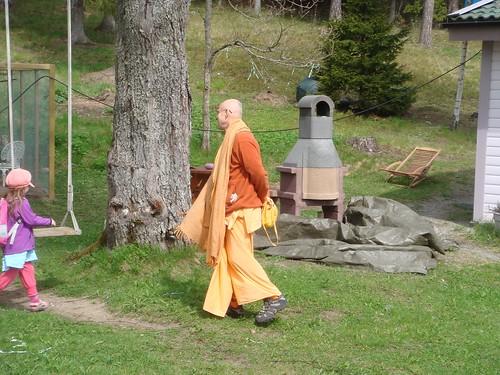Kadamba Kanana Swami Korsnas Gard and at Ugrasena's 14th May 2010  -0098 por ISKCON desire tree.