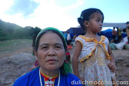 Cụ bà người Thái, mặc áo đẹp, trang điểm kỹ