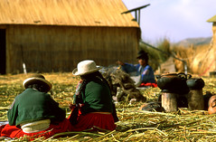 islas flotantes (gianluca_cozzolino) Tags: titicaca children nikon child perù nikonfm2 reportage lagotiticaca twr islasflotantes isoleflottanti peruanchild