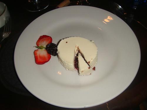 Mousse de chocolate blanco, negro y gelatina de frambuesa