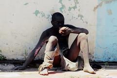 Tandis que l'on se baffre en Occident (Kisumu city) (Délirante bestiole [la poésie des goupils]) Tags: africa kenya hard crisis afrique powerty kisumu hungriness
