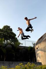 diogo e jernimo - le parkour brasil (Ana Luz) Tags: street city cidade people man guy fly jump sopaulo freerunning leparkour salto rua spor pulo esporte parkour analuz sumar
