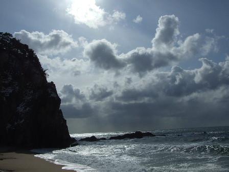 冬の日本海 雲の切れ間から