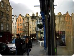 Pareja mirando escaparates por Victoria Street (Paloma+Luismi) Tags: people streets azul façades viajes oldtown edimburgo reflejos escaparates victoriastreet bypaloma faades