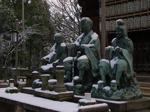 五大堂前の彫像