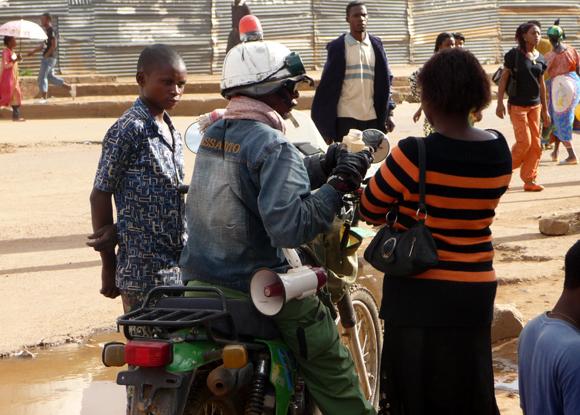 Un Tradi-praticien vendant ses potions dans une rue de Lubumbashi