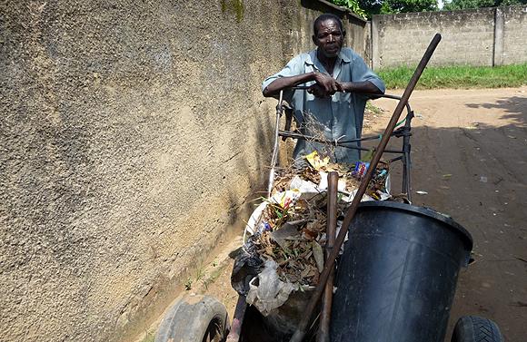 Un ramasseur d'ordures dans une rue de Kinshasa
