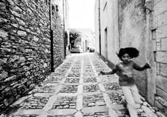 (Deborah Lo Castro) Tags: wall blackwhite movement child play sicily movimento sicilia biancoenero erice trapani gioco muri bimba lilacsky canoneos450d deborahlocastro