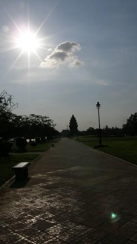070.刺眼的日落映在公園的步道