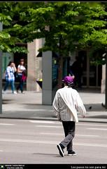 Los pasos no son para mi (Berts @idar) Tags: españa calle ciudad zaragoza hombre 70200mm paseando cruzando espaa zonacentro canoneos40d idearas