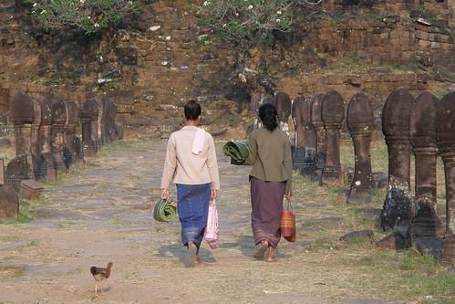 015.準備到神殿山頂上賣花的寮國婦女