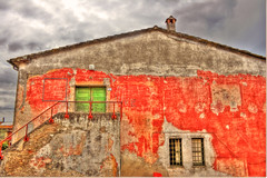 Red House (esinuhe69) Tags: door old red chimney sky italy house verde green window clouds catchycolors grid casa italia nuvole comignolo finestra cielo tuscany porta handrail toscana vecchia rossa grata capalbio corrimano platinumheartaward esinuhe69