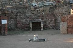 Aula sacra o pequeña capilla situada en el peristilo del teatro, perteneciente al emperador Augusto y a su familia.