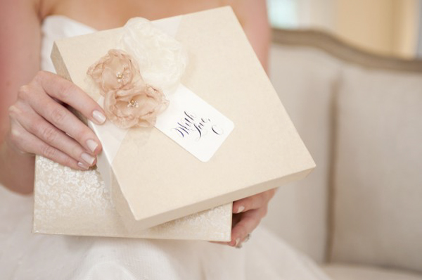 diy-bridesmaid-gift-ideas-decoupage-boxes-organza-flowers-calligraphy-tag-580x385