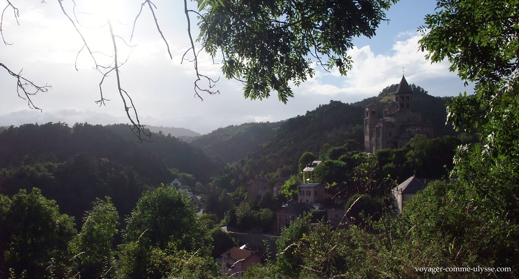 Auvergne, montanhas, verdura e antiga aldeia