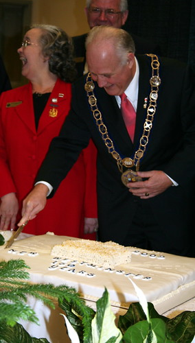 Mayor Wayne Wright cuts the cake (Photo: Ruth Seeley)