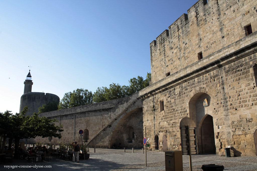 Au fond, la Tour de Constance