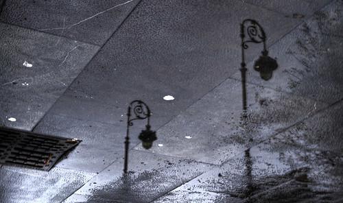 Farolas en el suelo.Streetlamps on the ground.