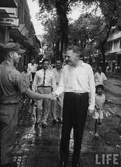 US Ambassador Henry Cabot Lodge Jr. (fore R) shaking hands with a US Army serviceman on the street. 9-1963 par VIETNAM History in Pictures (1962-1963)