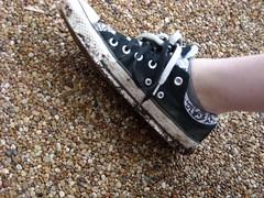 (Alyssa is me) Tags: white black shoe leg pebbles dirty converse ankle chucks laces allstars