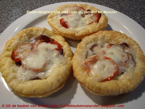 Bladerdeegtaartjes met rode ui, geroosterde tomaatjes en Munsterkaas