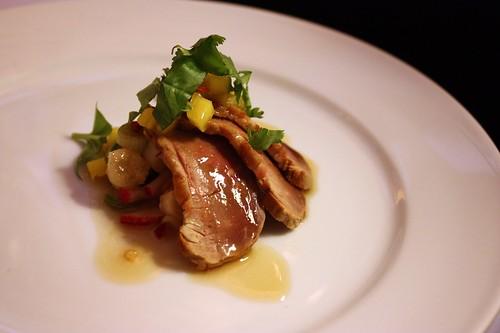 Filovana kachni prsa s chilli vinagretem, salat z chrestu a manga