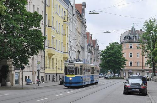 Wagen 2412 durcheilt die Haltestelle Holbeinstraße.