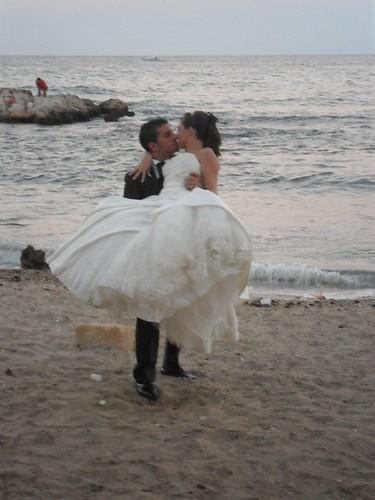 Il bacio degli sposi in riva al mare...