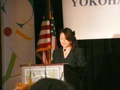 横浜市立大学カリフォルニアオフィス開所式 進行役の山崎カリフォルニアオフィス長