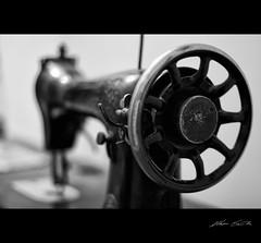 Roba d'altri tempi (m. scintilla) Tags: bw canon bokeh bn singer antiquariato bianconero ruota 50mm18 antichit sartoria macchinapercucire