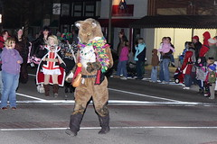 Scarlet the seven-foot fox in the Norman Mardi Gras Parade (www.ipernity.com/home/tomfs) Tags: oklahoma canon norman 1755 canonefs1755mmf28isusm 40d tomfs normanmardigrasparade sunpackauto383super